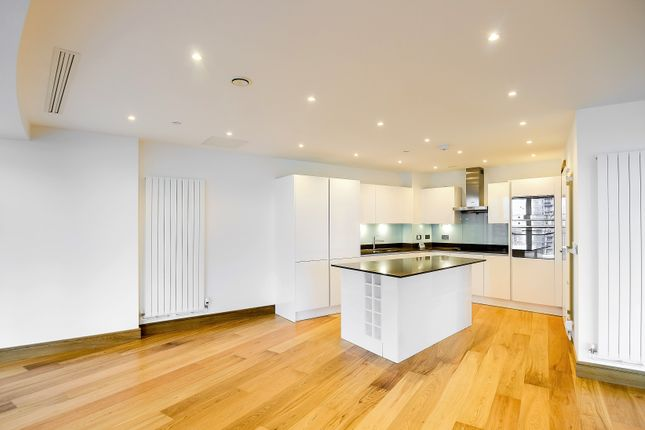 3 bed flat to rent in 25 Crossharbour Plaza, Canary Wharf, London E14