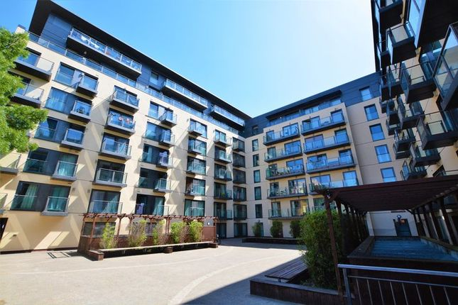 2 bed flat to rent in High Street, Slough SL1
