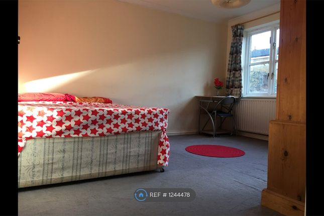 Room to rent in Mile End Road, London E1