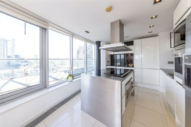 Thumbnail Flat to rent in New Providence Wharf, 1 Fairmont Avenue, London