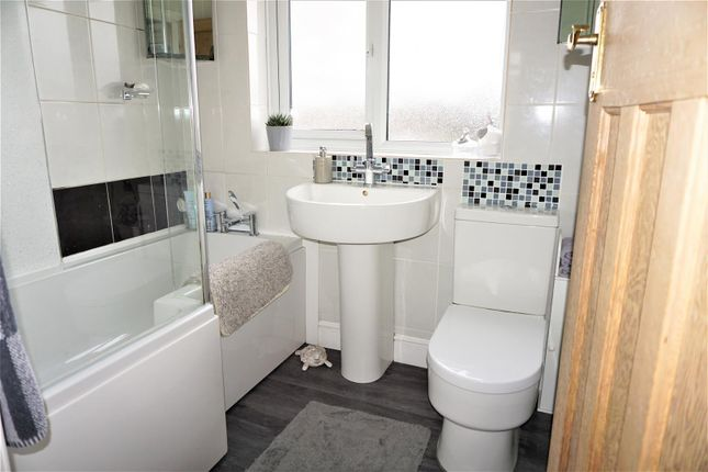 Bathroom of Lyndhurst Avenue, Ipswich IP4
