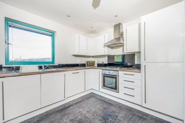2 bed flat to rent in The Crescent, Plymouth