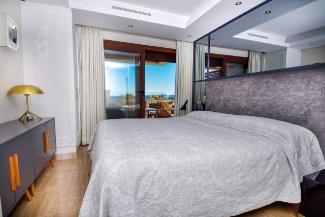 Bedroom & Views (Medium)