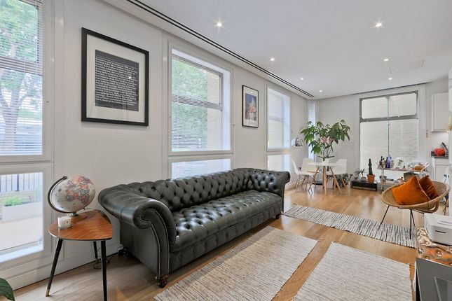 2 bed flat to rent in Highbury Crescent, London
