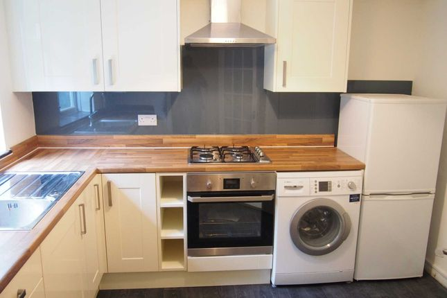 2 bed flat to rent in Fennels Road, High Wycombe