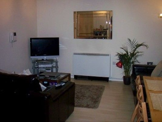 Flat to rent in Fox Lane, London