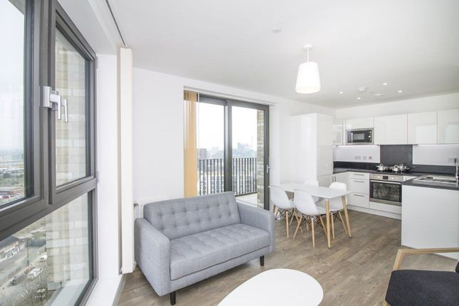 Thumbnail Flat to rent in Kingfisher Heights, Docklands
