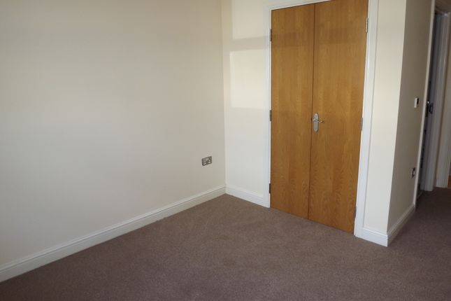 Thumbnail Flat to rent in Heathcote Road, Camberley