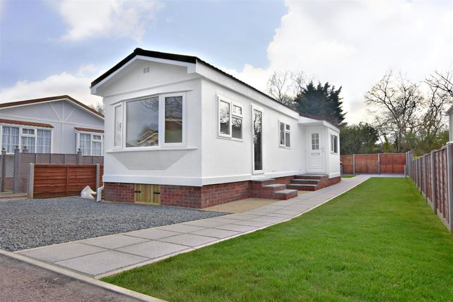 Thumbnail Mobile/park home for sale in Belgrave Drive, Kings Langley