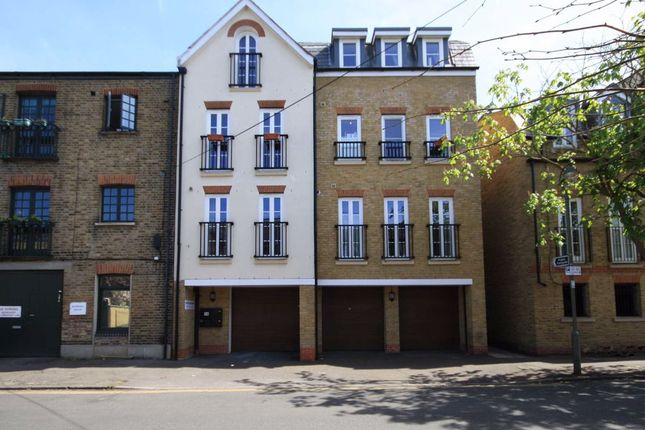 2 bed flat to rent in Feltham Avenue, East Molesey KT8