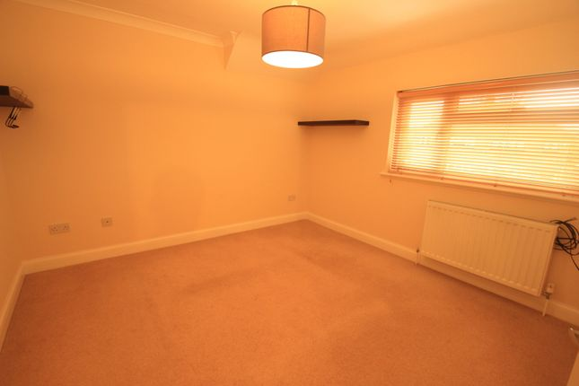Thumbnail Flat to rent in Woodside, Chelsfield