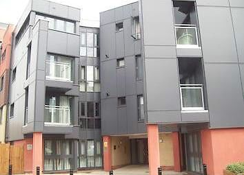 2 bed flat to rent in Bramley Crescent, Ilford