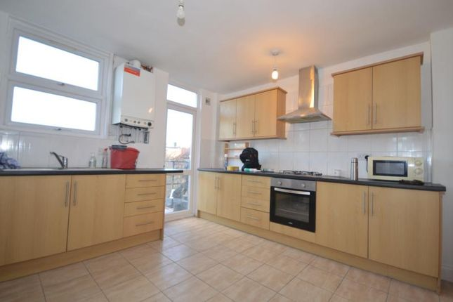 2 bed flat to rent in High Street North, East Ham, London E6