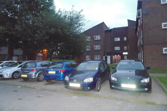 2 bed flat to rent in Lansbury Close, Neasden