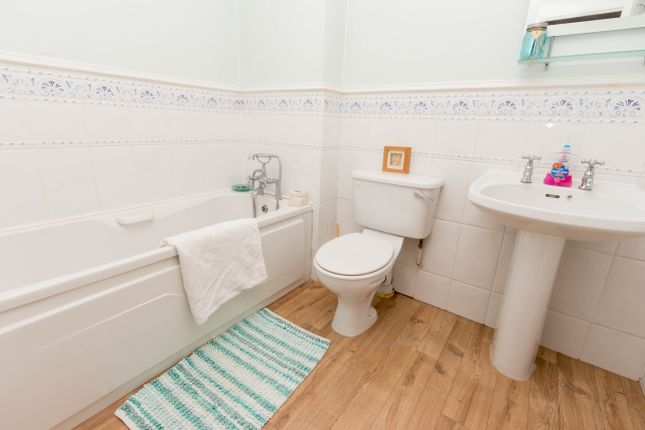 Bathroom of Aldsworth Close, Wellingborough NN8