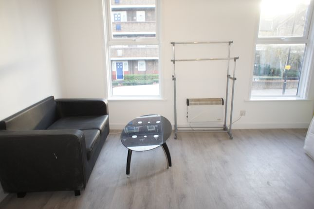 2 bed flat to rent in Morning Lane, London