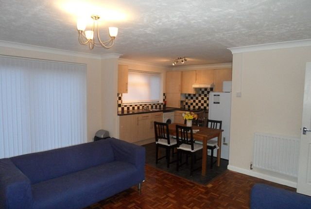 Thumbnail Maisonette to rent in Common Road, Langley, Slough