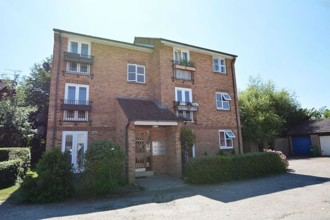 Thumbnail Flat to rent in Frogmore Close, Cippenham, Slough