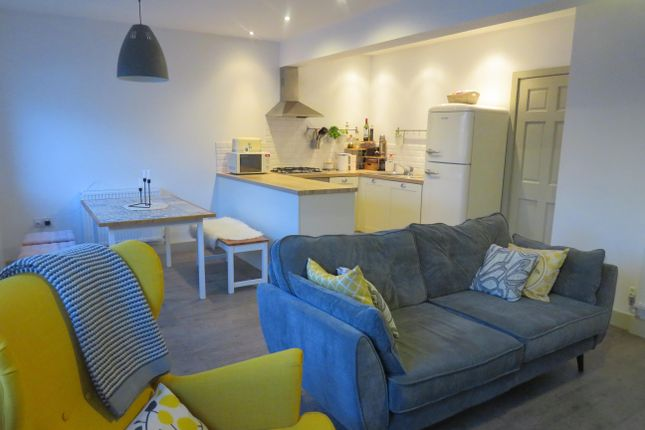 2 bed flat to rent in Warwick Court, Warwick Street, Leamington Spa CV32