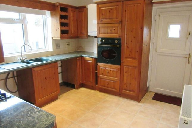 Thumbnail Bungalow to rent in Heol Glangwendraeth, Pontyates, Llanelli, Carmarthenshire.
