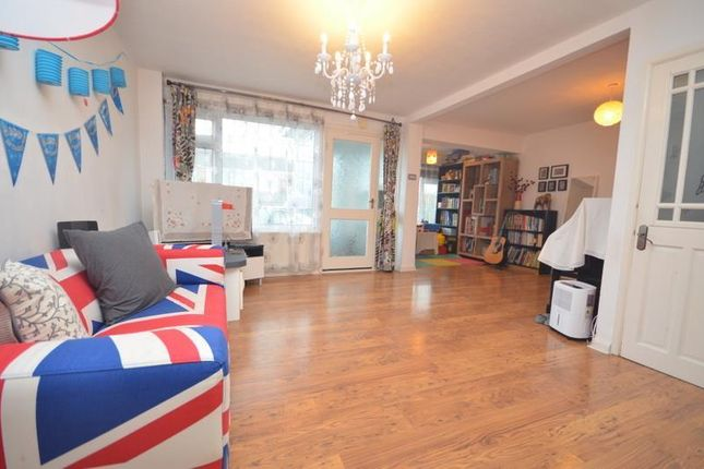 3 bed property to rent in Dunster Crescent, Hornchurch RM11