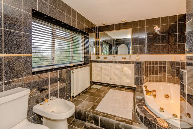 Bathroom of Outdowns, Effingham KT24