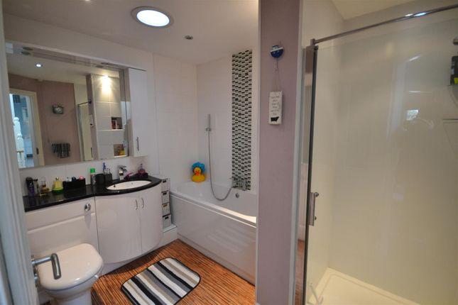 Family Bathroom of Long Street, Newport SA42