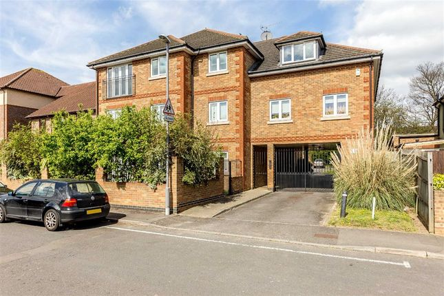 2 bed flat to rent in The Retreat, Surbiton