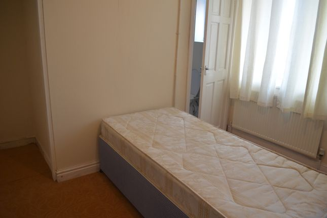 Thumbnail Flat to rent in Linden Road, Leeds, W Yorkshire