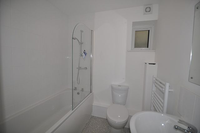 Bathroom of Penvale Crescent, Penryn TR10