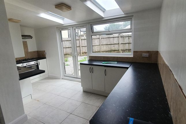 Thumbnail Property to rent in Dunraven Road, Cardiff