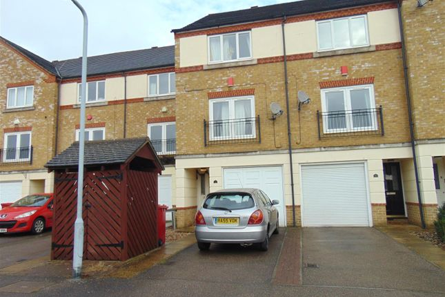 Thumbnail Town house to rent in Hunstanton Close, Colnbrook, Slough