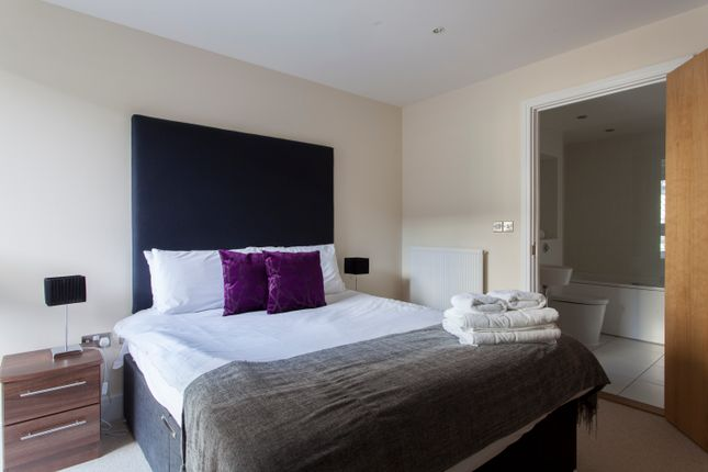 2 bed flat to rent in Lanterns Way, Canary Wharf