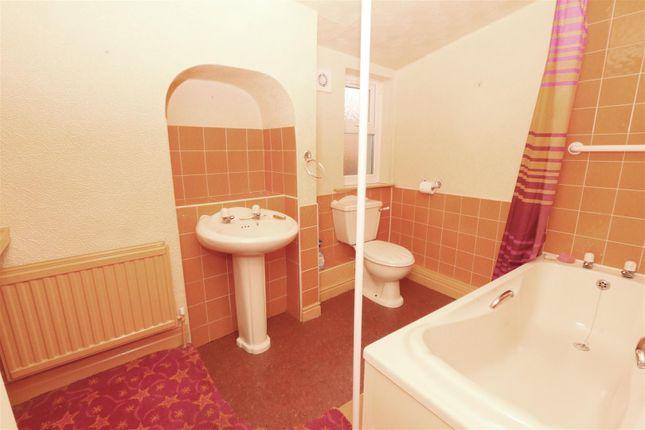 Bathroom of Beacon Road, Bradford BD6