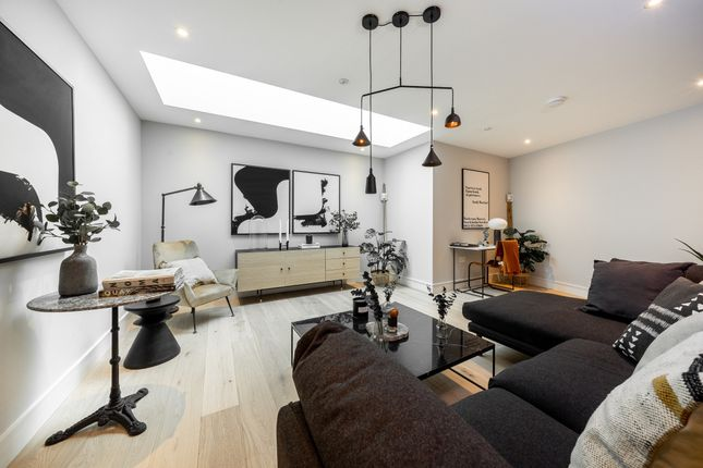 Thumbnail Town house to rent in Avery Walk, London