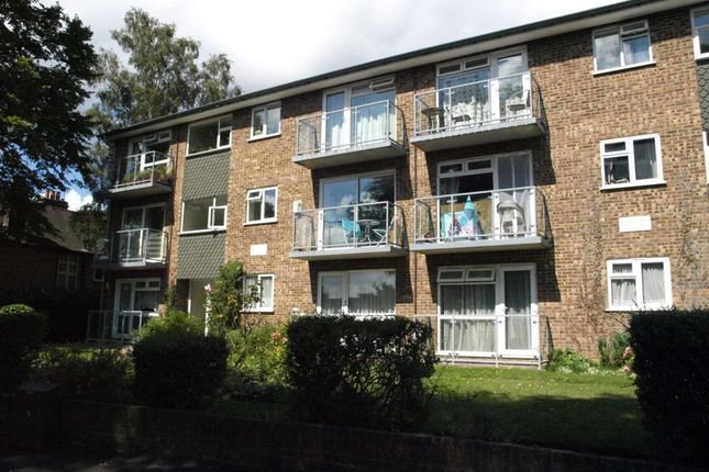 2 bed flat to rent in Clockhouse Road, Farnborough
