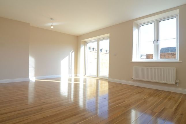 Thumbnail Town house to rent in Queens Road, Farnborough