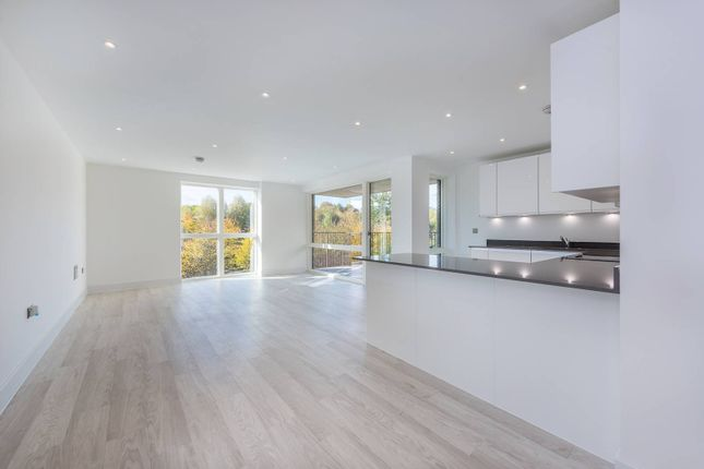 3 bed flat to rent in Lakeside Drive, Ealing