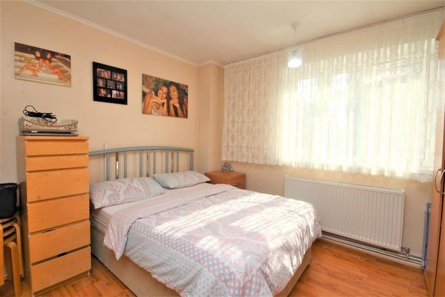 2 bed flat to rent in Amhurst Road, Hackney, London E8