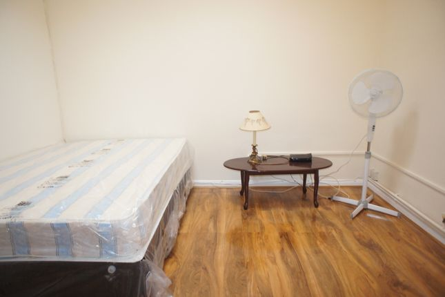Studio to rent in Fashion Street, London