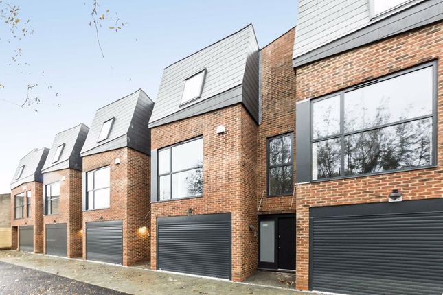3 bed property for sale in Kings Avenue, London SW4