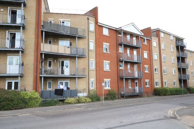 2 bed flat to rent in Thames Road, Grays