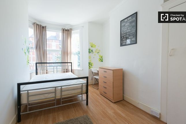 Room to rent in Abbotsford Avenue, London