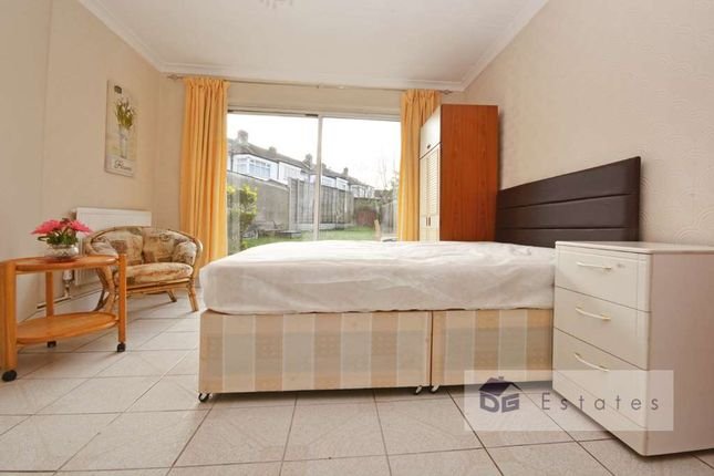 Room to rent in Petersfield Close, London