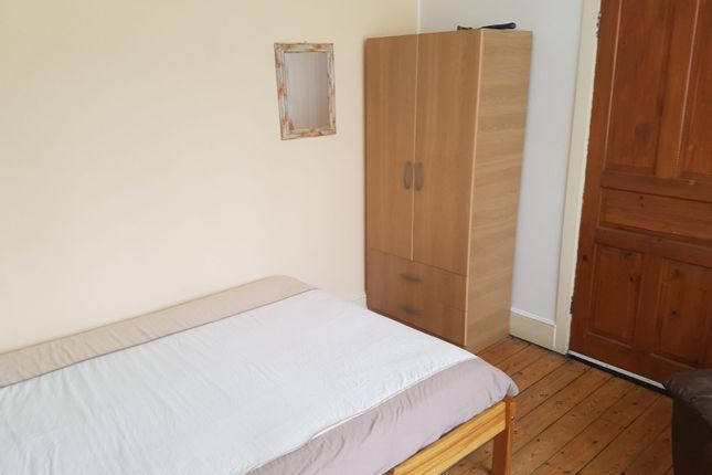 Room to rent in Tower Gardens, London