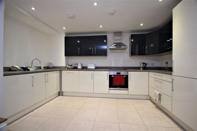2 bed flat to rent in Field Row, Worthing BN11