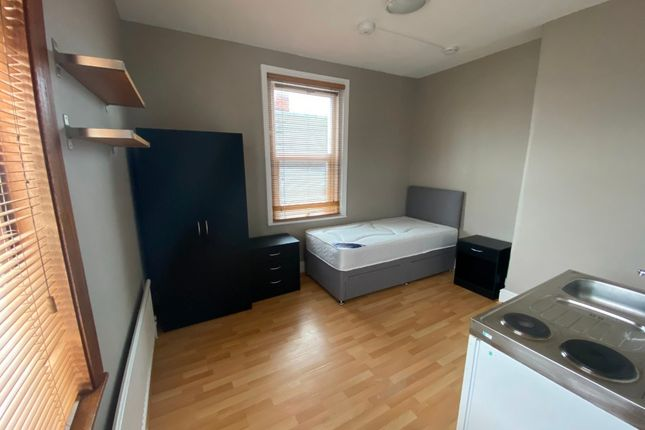 Studio to rent in Clifton Street, Old Town, Swindon SN1