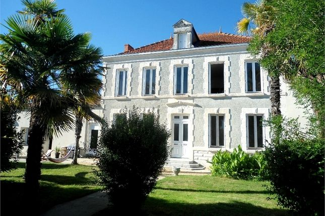 Property for sale in Poitou-Charentes, Charente-Maritime, Pere