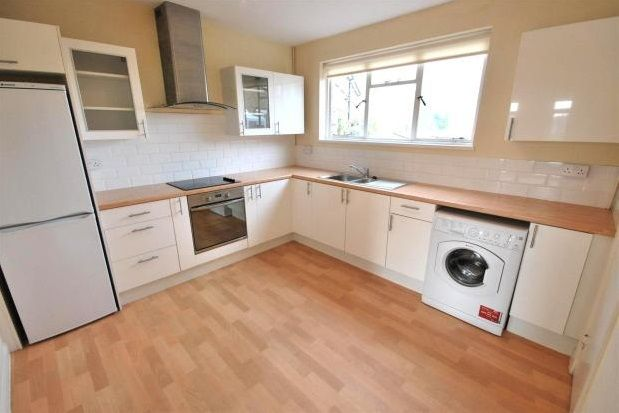 Thumbnail Flat to rent in Oakdene Parade, Cobham