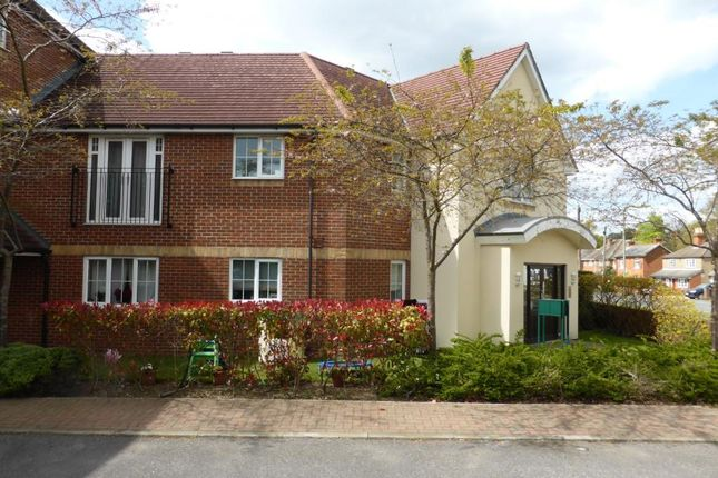 2 bed flat to rent in Woodside Court, Farnborough